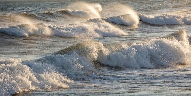 Prachtige ruwe zeeën met zeeschuim en golven