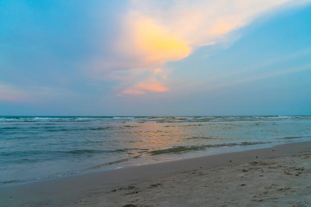 Prachtige schemeringhemel met zee strand
