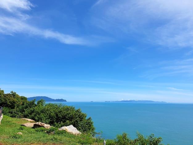 Prachtige schilderachtige kustlijnroute langs de kust van de golf van thailand