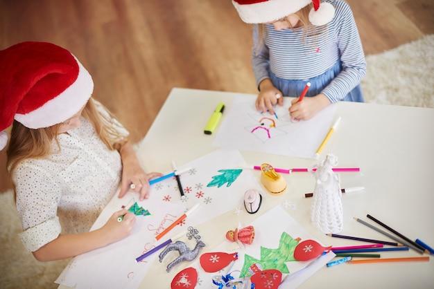 Prachtige schilderijen gemaakt door schattige kinderen
