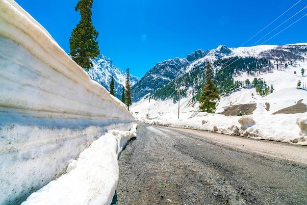 Prachtige sneeuw bedekt bergen landschap kashmir staat, india.