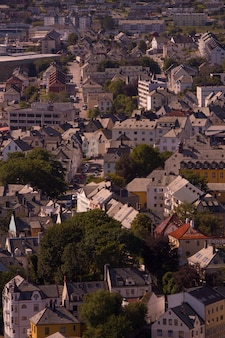 Prachtige stad ålesund en zijn fjord in de provincie møre og romsdal, noorwegen. het maakt deel uit van de traditionele wijk sunnmøre en het centrum van de regio ålesund.