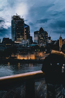 Prachtige stad in de avond