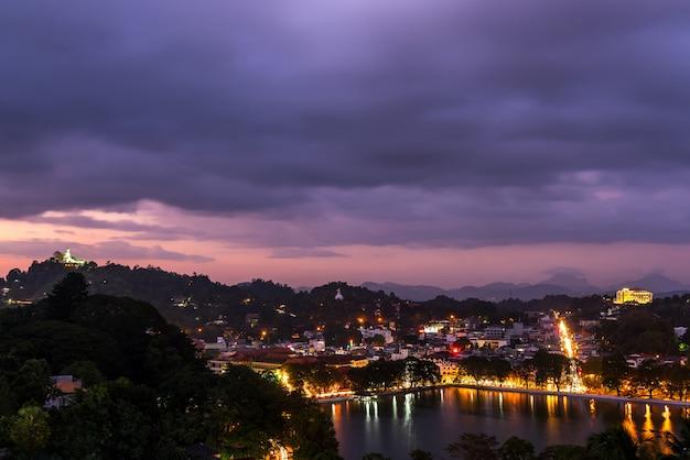 Prachtige stad kandy en meer 's nachts, kandy, sri lanka