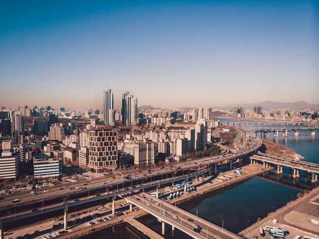 Prachtige stad seoul, rivierverdelingen, bruggen en wolkenkrabbers