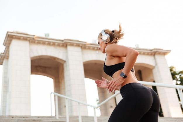 Prachtige sterke jonge sport vrouw uitgevoerd