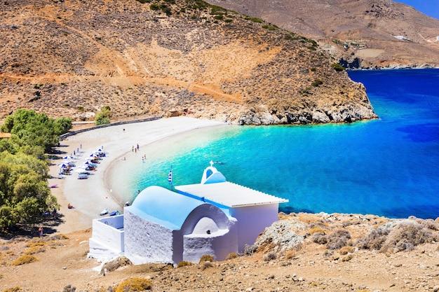 Prachtige stranden van griekenland - het eiland astypalaia en de kleine kerk van agios konstantinos
