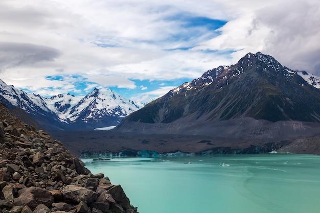 Prachtige tasman glacier lake en rocky mountains van het mount cook national park