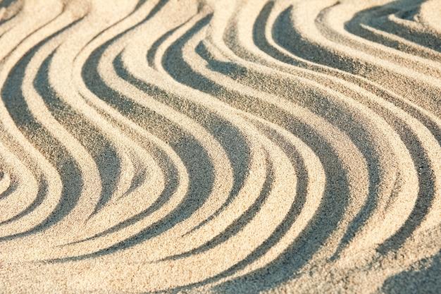Prachtige tekeningen op het zand van de kust