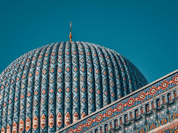 Prachtige toren van de moskee tegen de blauwe hemel