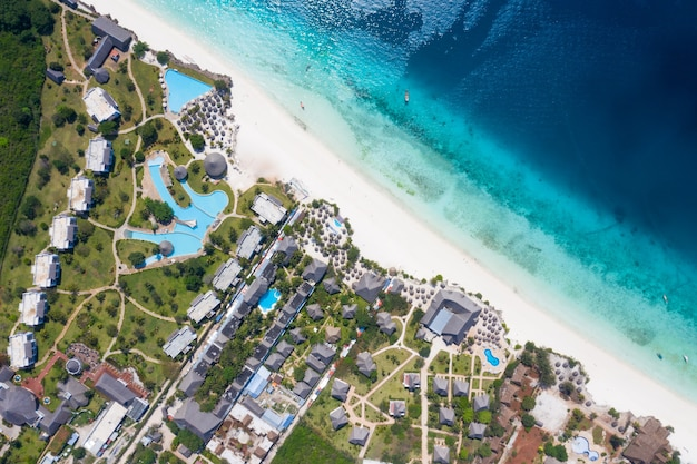 Prachtige tropische eiland zanzibar luchtfoto. zee in het strand van zanzibar, tanzania.