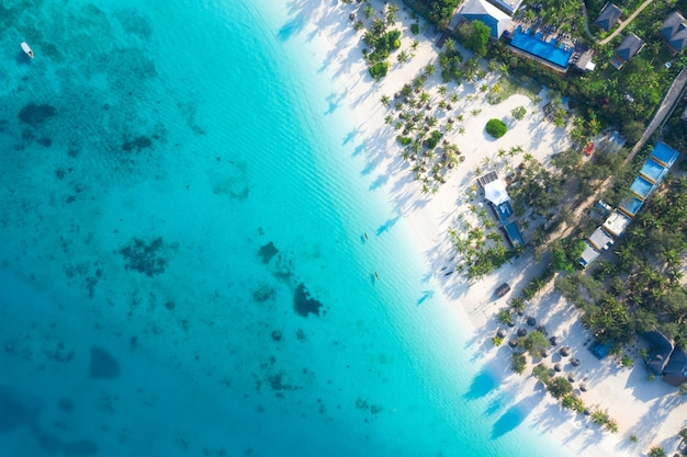 Prachtige tropische eiland zanzibar luchtfoto. zee in zanzibar strand, tanzania.