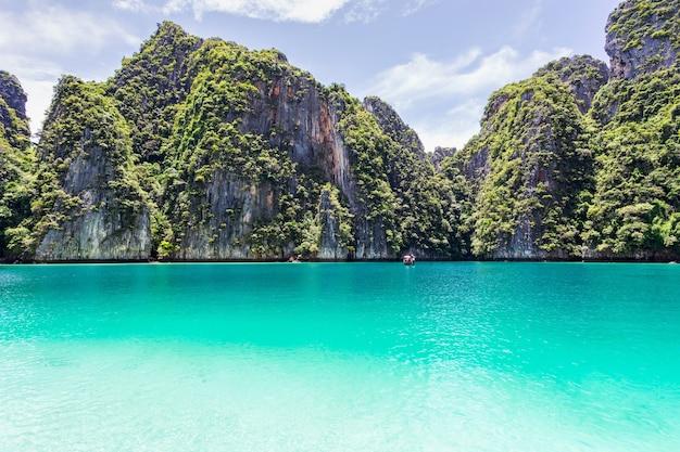Prachtige tropische eilandbaai op phi phi leh island in zonnige dag