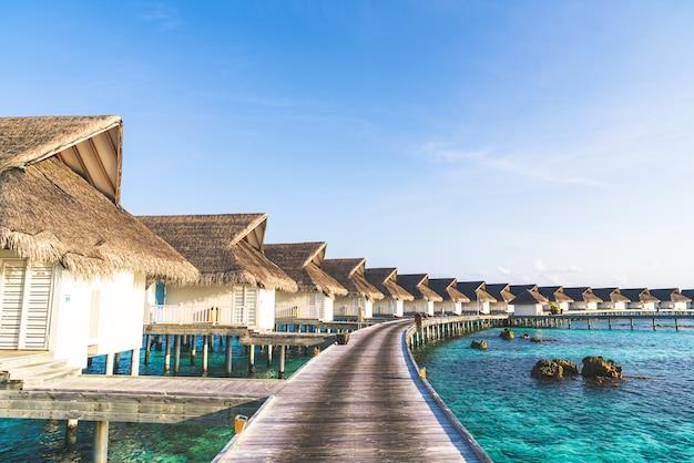 Prachtige tropische maldiven resort hotel en eiland met strand en zee
