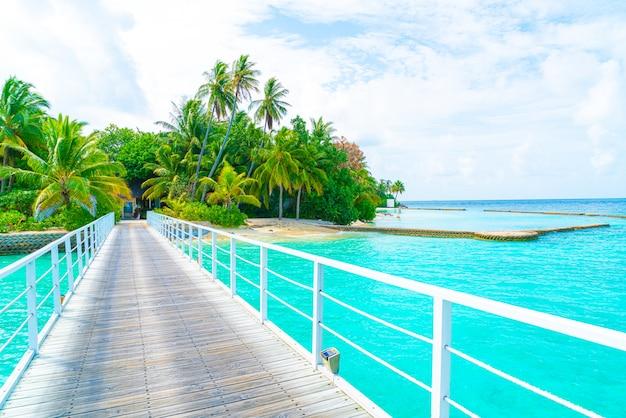 Prachtige tropische maldiven resorthotel en eiland met strand en zee