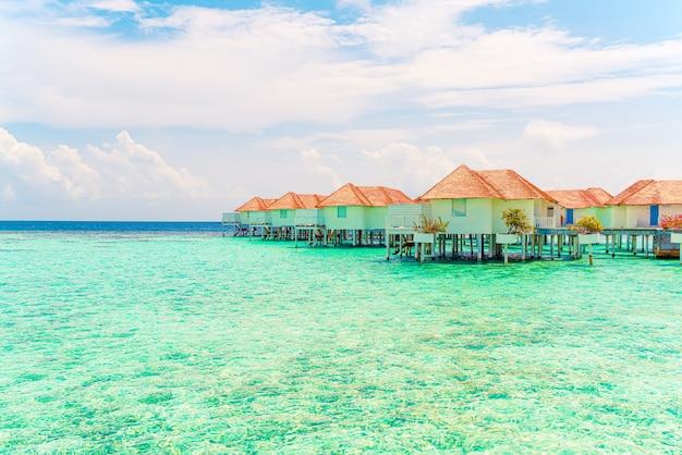 Prachtige tropische malediven resorthotel en eiland met strand en zee - vakantie vakantie achtergrond concep