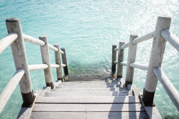 Prachtige tropische stappen in turquoise zeestrandwater