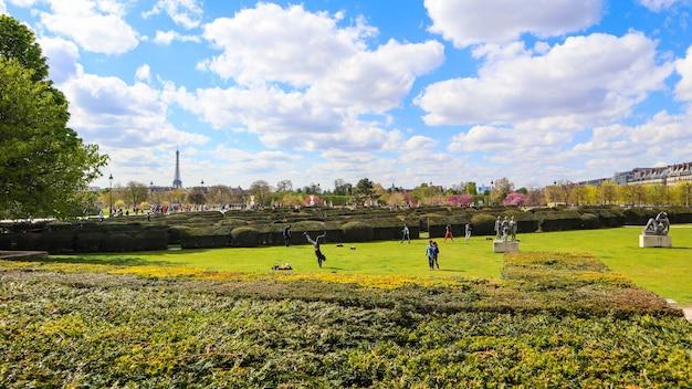 Prachtige tuileries-tuin van het louvre-paleis in de lente parijs frankrijk april
