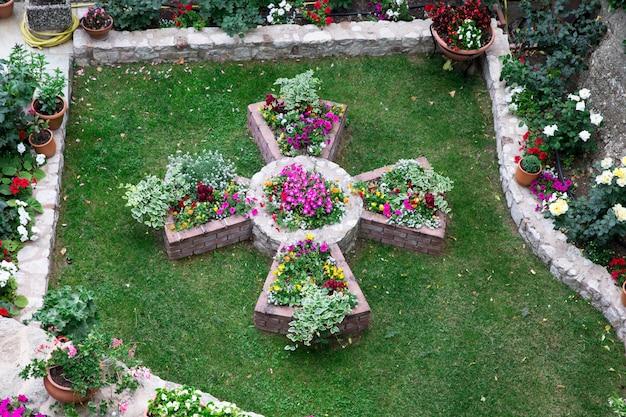Prachtige tuin met bloemen, bovenaanzicht