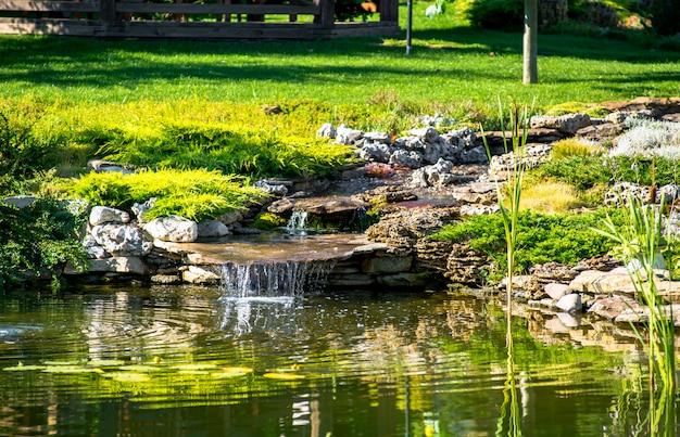 Prachtige tuin met levendige begroeiing