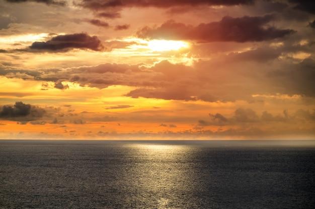 Prachtige turkooise oceaan verlaat met boten en zandkust vanaf het hoge zichtpunt. kata en karon stranden, phuket, thailand
