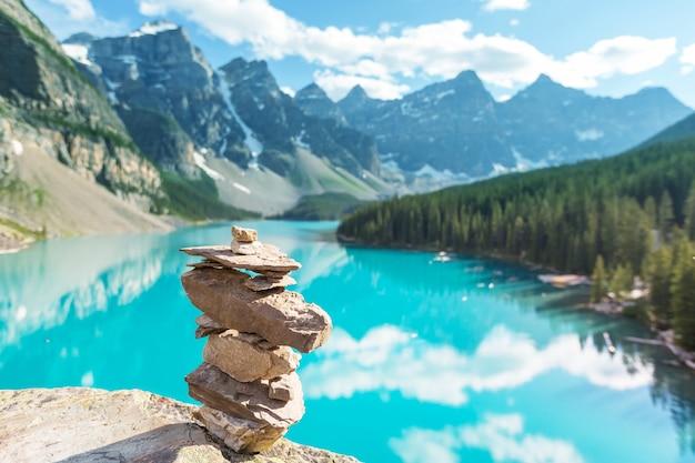 Prachtige turquoise wateren van het moraine-meer met besneeuwde toppen erboven in banff national park in canada