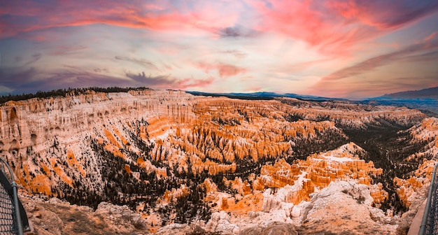 Prachtige uitzichten voordat u begint aan de queens garden train-trekking in bryce national park, utah