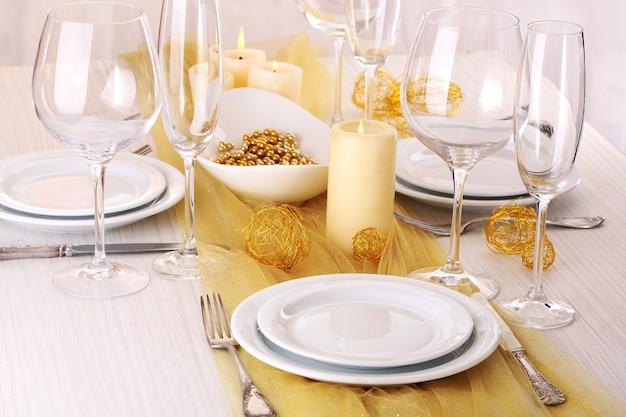 Prachtige vakantietafel setting in wit en goud kleur