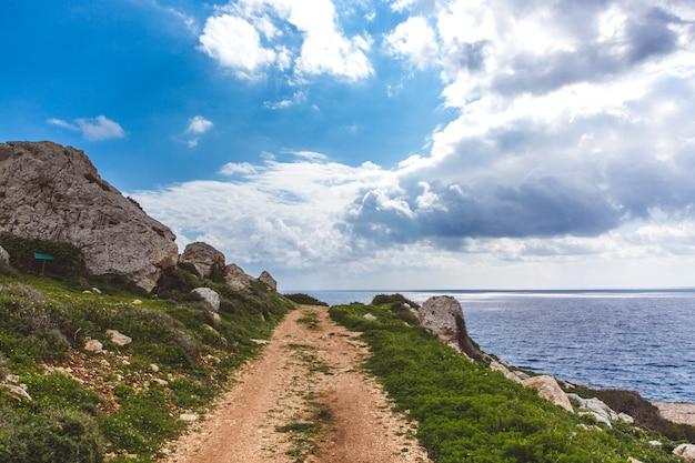 Prachtige vallei aan zee. trail leidt langs de kust. zeegezicht in cyprus ayia napa. schiereiland cape greco, nationaal bospark