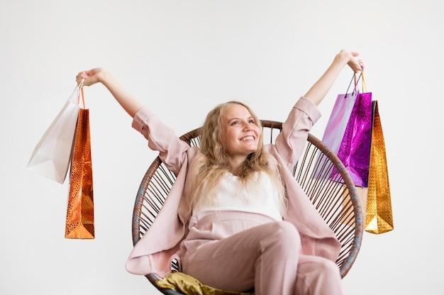 Prachtige volwassen vrouw met boodschappentassen