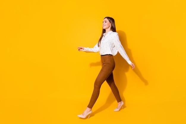 Prachtige vrolijke zakenvrouw geïsoleerd op gele achtergrond
