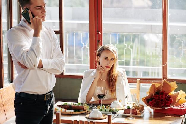 Prachtige vrouw aan tafel Premium Foto