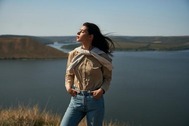 Prachtige vrouw die alleen wandelt in het nationale oekraïense park