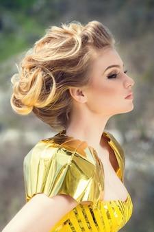 Prachtige vrouw in een gestileerde mode-jurk.
