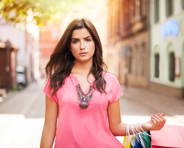 Prachtige vrouw met boodschappentas op straat