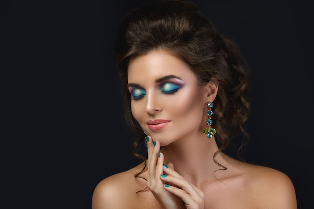 Prachtige vrouw met dure en mooie oorbellen met edelstenen