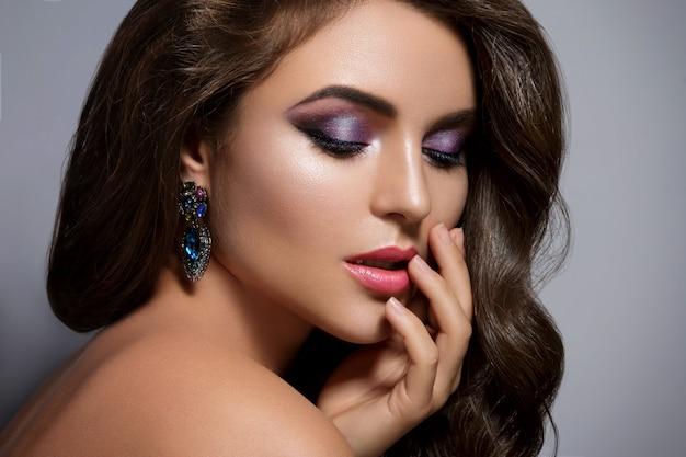 Prachtige vrouw met een mooie make-up en kapsel