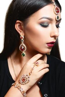 Prachtige vrouw met etnische stijlvolle sieraden