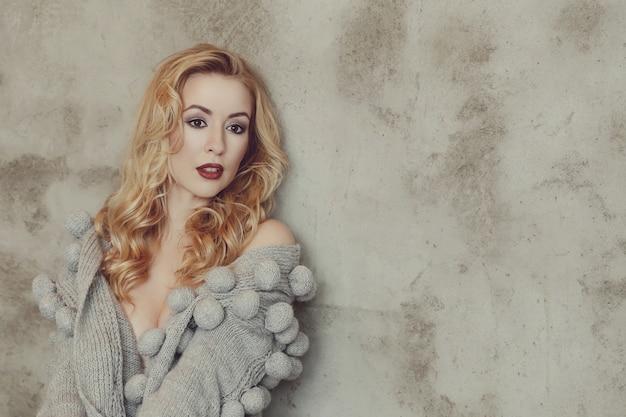 Prachtige vrouw met grijze trui