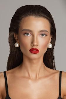 Prachtige vrouw met hollywood-make-up. prachtig model met felrode lippen.