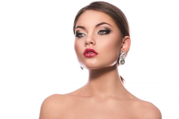 Prachtige vrouw met luxe oorbellen