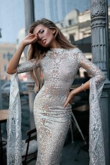 Prachtige vrouw op straat, mode schieten, mooi meisje, poseren, mode jurk, brunette, donker haar, lang haar, stijlvolle make-up, verkleedkleding, dromerig, restaurant, rode lippen, donkere ogen, zomer,