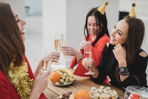 Prachtige vrouwen feesten op een verjaardag
