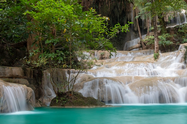 Prachtige waterval - erawan-waterval bij erawan national park in kanchanaburi, thailand.