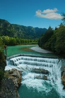 Prachtige waterval in de alpen