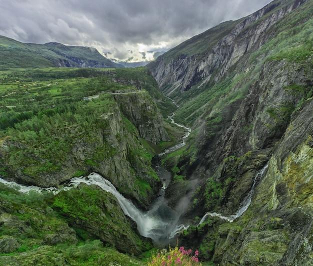 Prachtige waterval in de bergen in noorwegen.