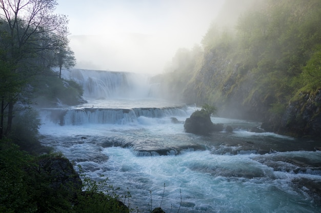 Prachtige waterval in de vroege ochtend