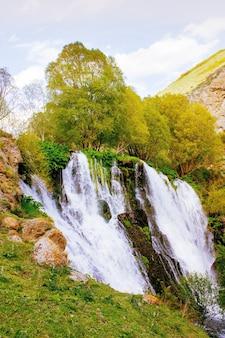 Prachtige waterval in het bos van armenië