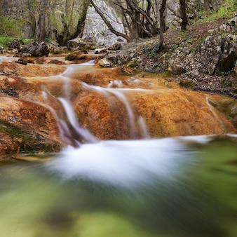 Prachtige waterval in het bos van nationaal park
