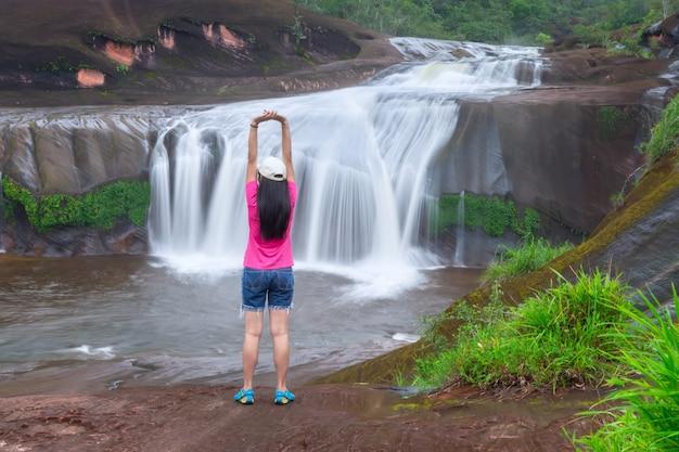 Prachtige waterval in het regenwoud in de provincie bueng kan, thailand